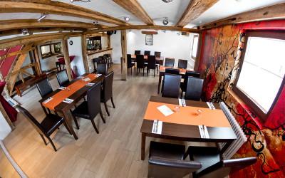 Sie können diesen Raum auch als Tanzfläche nutzen, während ihre Gäste oben gemütlich sitzen können!